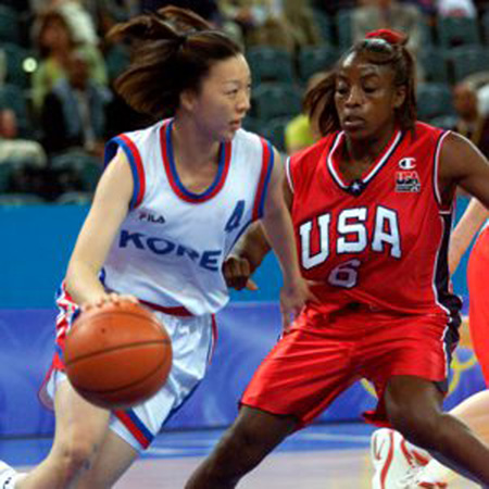 Korea's Lee Mi-Sun (L) takes possesion against USA's Ruthie Bolton-Holifield during their women's basketball preliminary match at the Sydney Olympics September 16, 2000. U.S. beat Korea 89-75.  BY/ Reuters / Picture supplied by Action Images